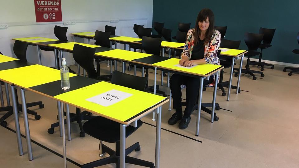 Nye borde på vej til undervisningslokalerne på Absalon